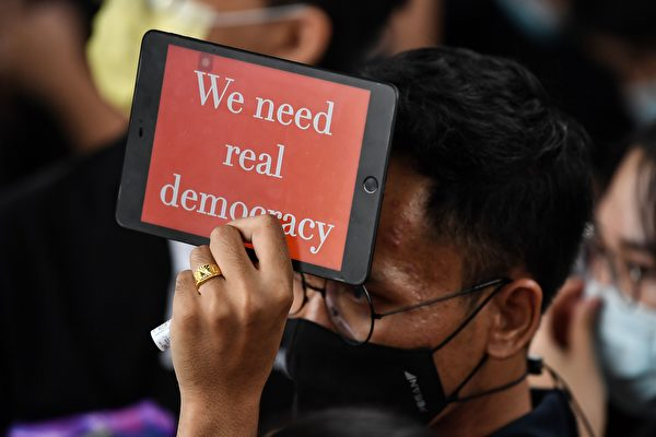 2020年10月17日,泰國學生和反政府抗議者在街頭抗議,呼籲政府進行改革,總理巴育辭職。(LILLIAN SUWANRUMPHA/AFP via Getty Images)