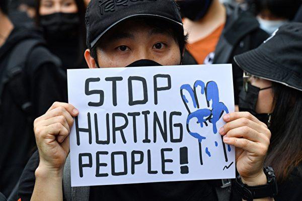 2020年10月17日,泰國學生和反政府抗議者在街頭抗議,呼籲政府進行改革,總理巴育辭職。(MLADEN ANTONOV/AFP via Getty Images)