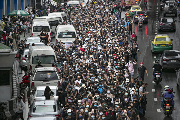 2020年10月17日,泰國學生和反政府抗議者在街頭抗議,呼籲政府進行改革,總理巴育辭職。(Getty Images/Getty Images)