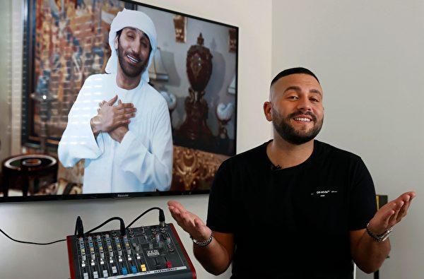 以色列歌手馬爾齊亞諾(Elkana Marziano)和阿聯酋音樂人艾賈辛(Walid Aljasim,右)合作演唱歌曲〈你好〉。(JACK GUEZ/AFP via Getty Images)