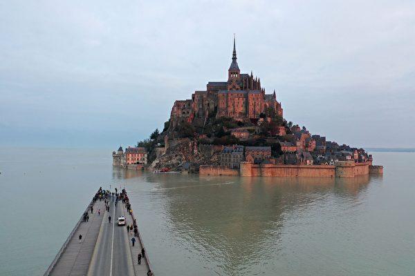 組圖:潮水淹沒橋梁 法國聖米歇爾山再成孤島