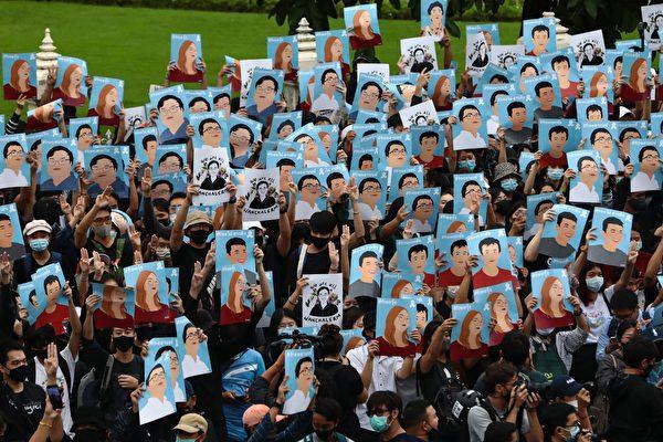 2020年10月18日,泰國學生和反政府抗議者在街頭抗議,呼籲政府進行改革,總理巴育辭職。(JACK TAYLOR/AFP via Getty Images)