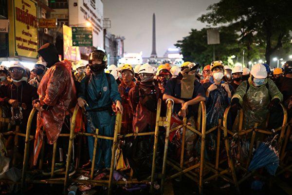 2020年10月18日,泰國學生和反政府抗議者繼續在街頭抗議,呼籲政府進行改革,總理巴育辭職。(JACK TAYLOR/AFP via Getty Images)