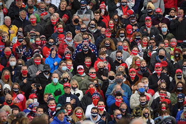 2020年10月20日傍晚19:00,美國總統特朗普賓州「讓美國再次偉大」大選集會上發表演講,民眾聚集等待。(Jeff Swensen/Getty Images)
