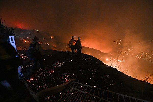 兩山火肆虐 南加州近10萬人被迫疏散