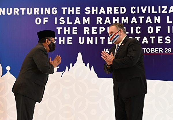 2020年10月29日,蓬佩奧在印尼跟當地一個宗教組織負責人見面。(ADEK BERRY/POOL/AFP via Getty Images)