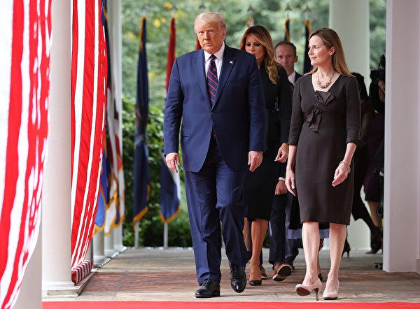 2020年9月26日,特朗普宣佈,選擇巴雷特作為下一任最高法院法官提名人。( Chip Somodevilla/Getty Images)