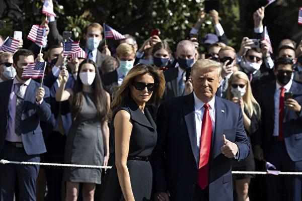 2020美國大選第二場總統候選人辯論會周四(10月22日)晚9:00點登場,特朗普及其夫人離開白宮前往田納西Nashville,白宮工作人員在南草坪歡送。(Tasos Katopodis/Getty Images)