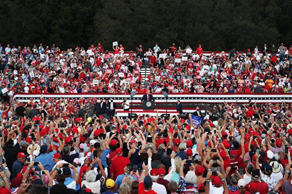10月23日,美國總統川普在佛羅里達州的村莊馬球俱樂部舉辦競選活動、發表演講。(Joe Raedle/Getty Images)