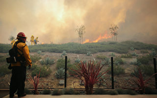 南加州尔湾华人区山火蔓延 9万居民急撤