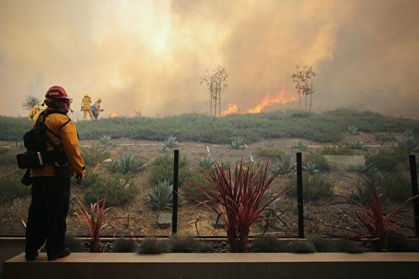 南加州爾灣華人區山火蔓延 9萬居民急撤