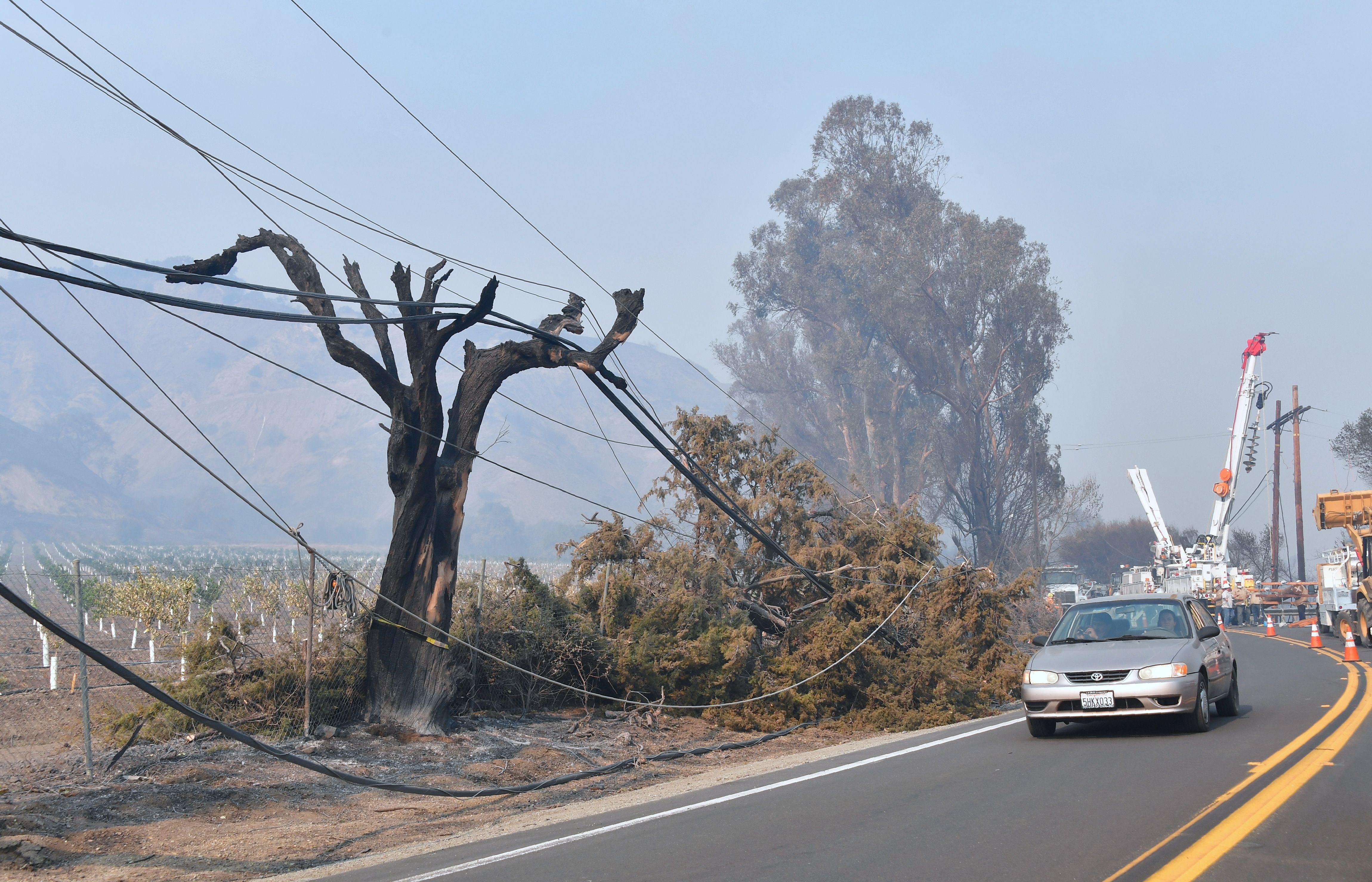 南加受强风山火侵袭 数万用户被强制停电