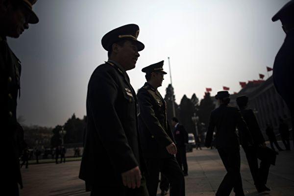 習近平對軍隊大清洗後,實際仍然不放心。圖為2018年3月10日,中共軍隊代表參加兩會。(FRED DUFOUR/AFP via Getty Images)