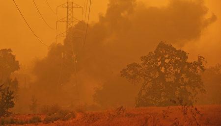 加州男用推土机从山火中救四百人四十栋房