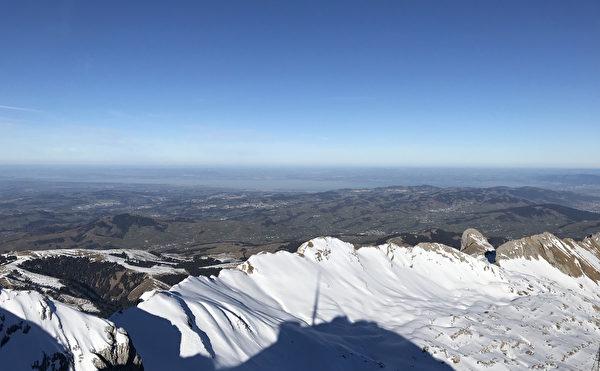從瑞士Santis雪山頂上眺望博登湖(Bodensee)。(黃芩/大紀元)