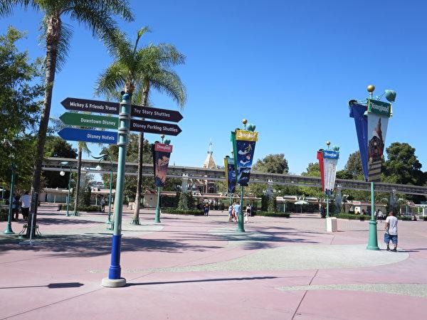 迪士尼小鎮重開後,關閉的迪士尼樂園大門前。(李梅/大紀元)