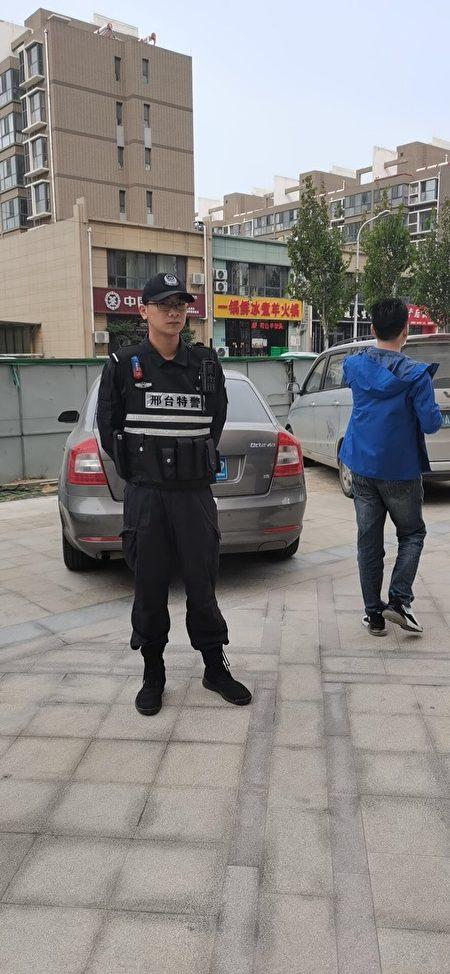2020年10月6日,在韓慶芳家門口抓捕她的邢台特警。(受訪者提供)