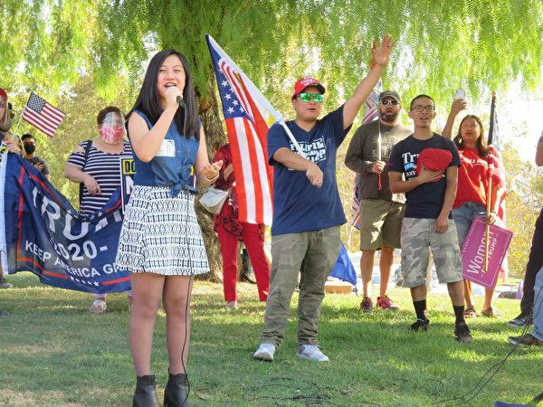 年輕女孩(Clarissa)在集會上領唱美國國歌。(李梅/大紀元)
