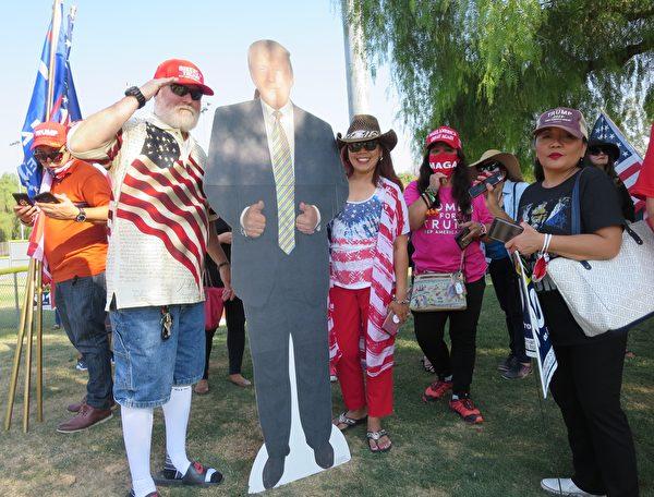 民眾在洛杉磯核桃市菲律賓裔美國人集會上和特朗普總統像合照。(李梅/大紀元)