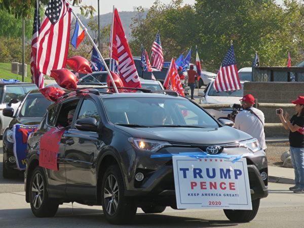 2020年10月,菲律賓裔美國人在洛杉磯核桃市集會並舉行汽車拉力賽為特朗普總統助威。(李梅/大紀元)