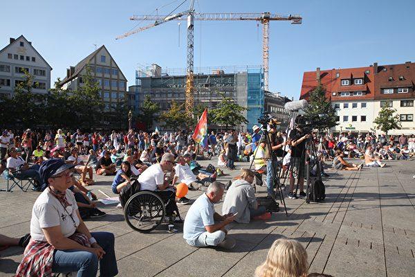 德國「橫向思維」於2020年9月20日在世界最高教堂——烏爾姆(Ulm)大教堂前舉辦活動,呼籲德國政府保障《基本法》。(黃芩/大紀元)