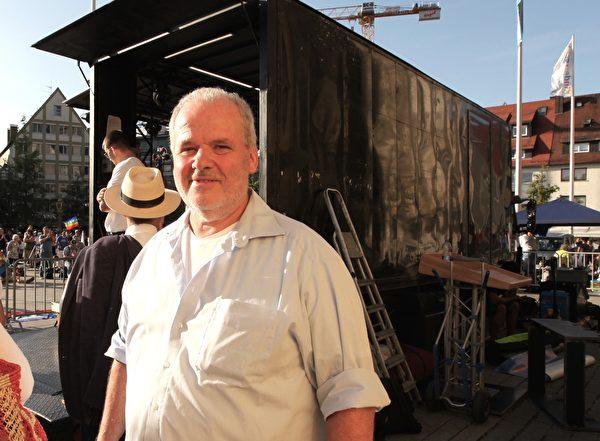 記者兼撰稿人尤利安·艾捨爾(Julian Aicher),他是德國著名的反抗納粹組織白玫瑰成員索菲·紹爾(Sophie Scholl)的外甥。(黃芩/大紀元)