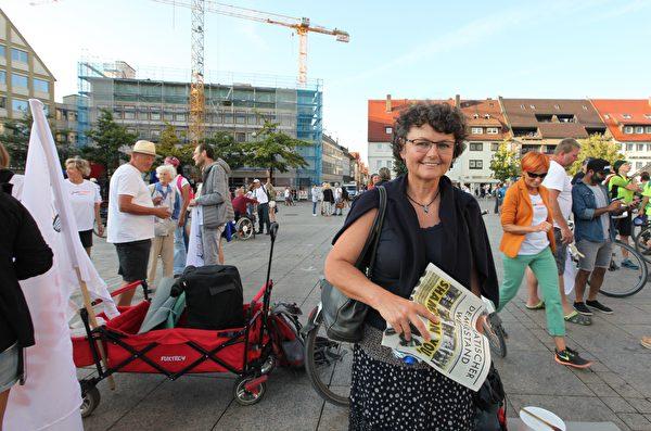 來自施瓦本地區的艾爾弗利德、施奈德(Elfriede Schneider)在活動結束後接受採訪,她認為現在撒旦越來越主宰世界。(黃芩/大紀元)
