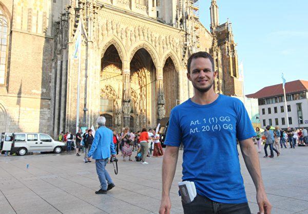 「橫向思維」組織者之一、律師馬庫斯·海因茨(Markus Haintz)在烏爾姆活動結束之後接受了大紀元的採訪。(黃芩/大紀元)
