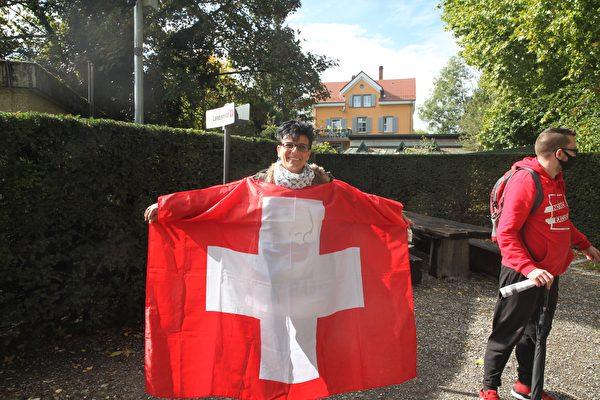 舒茨女士(Jaqueline Schutz)來自瑞士,「我為自由站出來,人們應該自己思考。」(黃芩/大紀元)