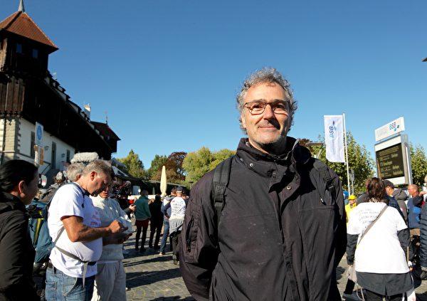 馬庫斯.忽譜曼(Markus Huppmann)認為目前德國媒體報道不夠真實。所以要參加「和平人鏈」。(黃芩/大紀元)