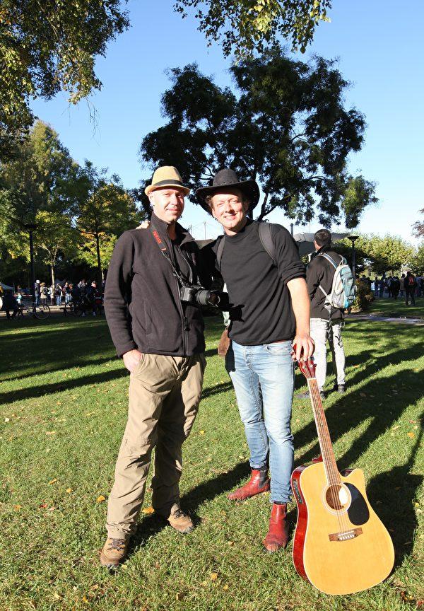 德國歌手參德爾(Ingmar Sander,右)和理療師瑪參科(Christopher Masanke)都是新建黨派——草根黨(die Basis)成員。(黃芩/大紀元)