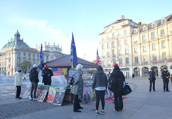 2020年10月25日,德國民眾在慕尼黑的卡爾斯廣場(Karlsplatz)舉辦了聲援特朗普的信息日活動。兩名警察始終在旁守護。(黃芩/大紀元)