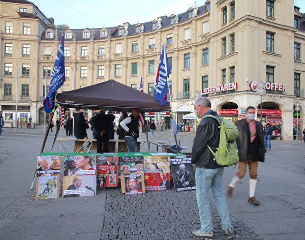 2020年10月25日,德國民眾在慕尼黑的卡爾斯廣場(Karlsplatz)舉辦了聲援特朗普的信息日活動。(黃芩/大紀元)
