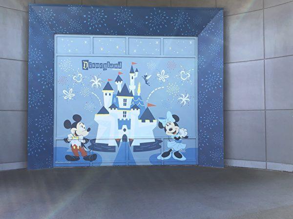 迪士尼小鎮,經常有孩子們在米奇老鼠畫牆前照相。(李梅/大紀元)