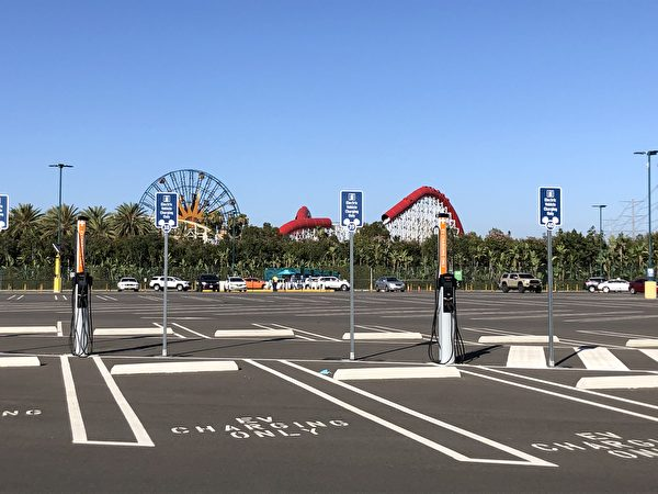 迪士尼公園附近停車場。(李梅/大紀元)