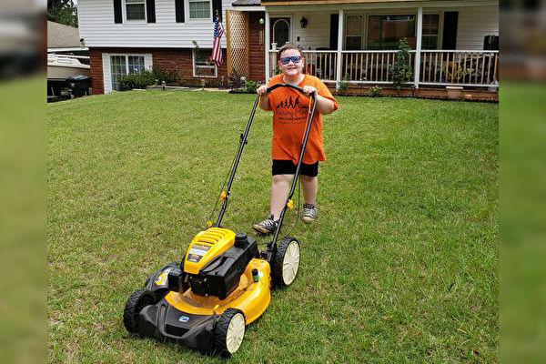 美國9歲男孩幫社區老人殘疾人免費割草