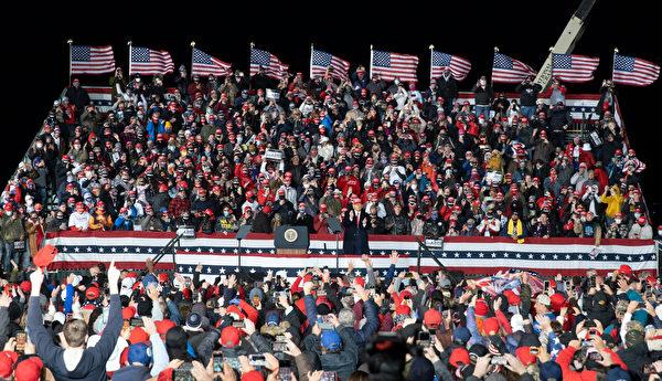 10月17日晚,特朗普總統來到美國威斯康辛州的簡斯威爾(Janesville),發表了關於法律與秩序的演講(law and order)。(溫元緣/大紀元)
