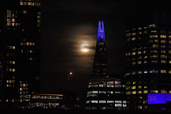 2020年10月1日,滿月從倫敦市中心的夏德塔(The Shard)升起。(JUSTIN TALLIS/AFP via Getty Images)