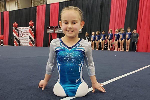 美8岁无腿女孩 克服万难成一名体操运动员