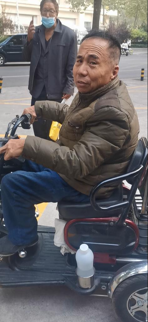 河北省检察院喊口号访民庞姓残疾人。(魏永良提供)