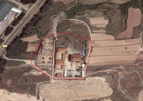 高空俯视下的寺庙。靳菊茹说这占的是她家的耕地,地方政府说占的是别人家的耕地与靳菊茹无关。(魏永良提供)