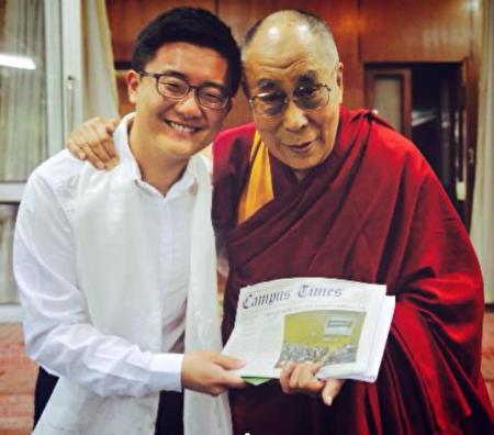 金世訓2015年在印度與達賴喇嘛合照。(受訪者提供)