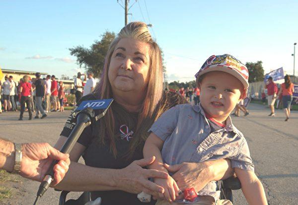 佛州選民南希·巴克(Nancy Buck)女士帶著兒子參加特朗普競選集會活動。(大紀元)
