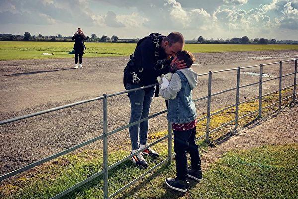 英国恐高症父亲勇敢跳伞 为重病继子筹款