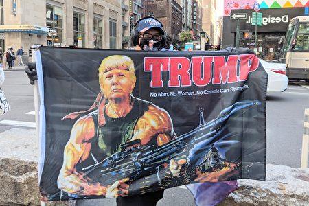 10月4日,紐約市的川普總統支持者「Trump. No Man. No Woman. No Commie Can Stump Him」的旗幟。