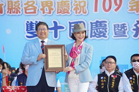 邀請到白嘉莉參加國慶升旗典禮,縣長楊文科表示既榮幸又開心,特別頒發「新竹縣榮譽縣民證書」給她。