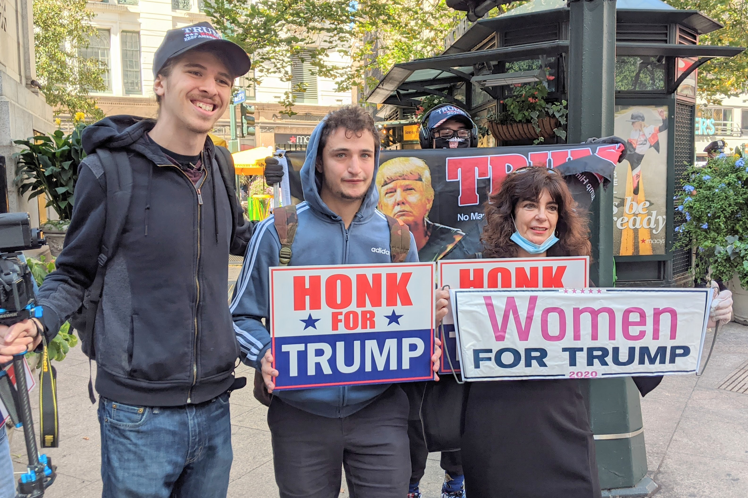 紐約民眾聚集特朗普大廈前 為總統加油打氣