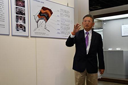 考古专家暨中研院史语所研究员李匡悌,为现场来宾做导览,说明清大后山青花瓷出土的过程。
