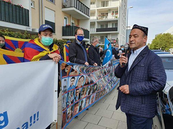 2020年10月1日,世維大會在慕尼黑中共館前抗議中共種族滅絕。圖為歐洲東突協會主席阿斯噶爾·江(Asgar Can)發言。(世維大會發言人迪裏夏提提供)