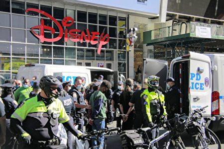 圖為2020年9月19日,BLM抗議者在曼哈頓時代廣場進行示威活動,部分抗議者遭警方逮捕。